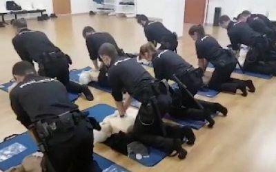 La policía nacional ofrece clases de primeros auxilios a ritmo de Los del Río